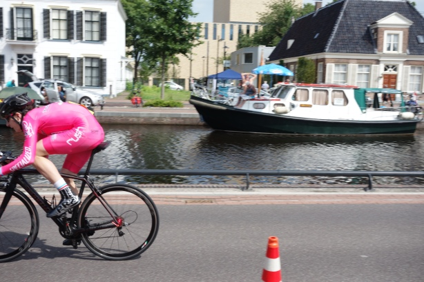 The 940m prologue takes place along a Dutch canal.